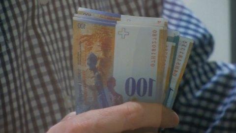 people-rush-cash-swiss-franc-soars