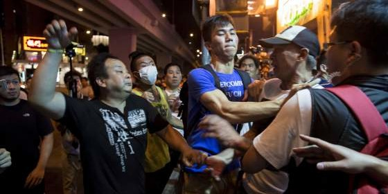 A localist protester (L) scuffles with a pro-China demonstrator during an anti-China protest at Mongkok shopping district in Hong Kong, China June 28, 2015. REUTERS/Tyrone Siu  - RTX1I54P